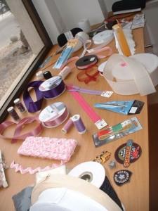 Artigos de retrosaria: fitas, lãs, quadrile, gregas, espiguilhas, tesouras, fechos